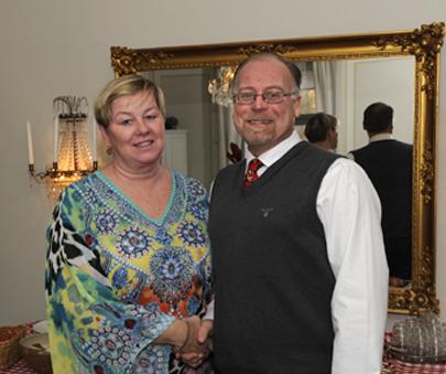 Nya ordföranden Lotta Karén hälsas välkommen av avgående ordföranden Conny Friberg